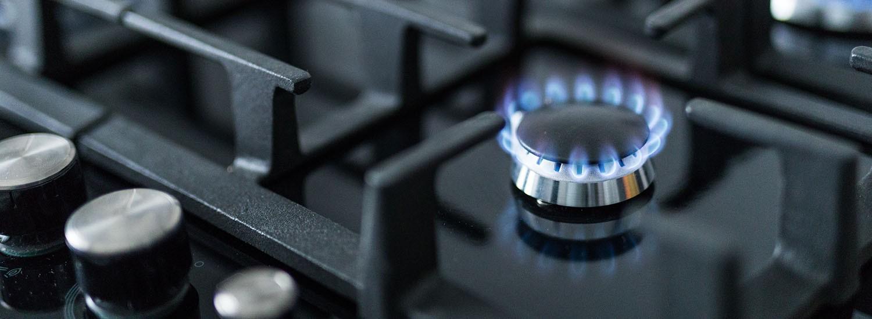 Flamme von Gasherd bei der Wartung vom Gas Installateur in Wien