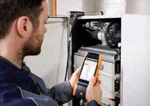 Techniker bei der Abgasmessung Emissionen überprüfen